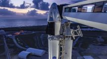La cápsula Crew Dragon sobre el cohete Falcon 9 en la torre de lanzamiento..