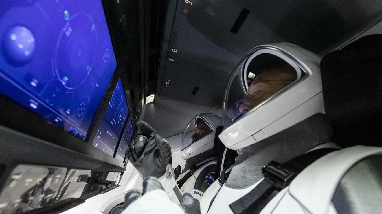 Robert Behnken y Douglas Hurley a bordo de la Crew Dragon.