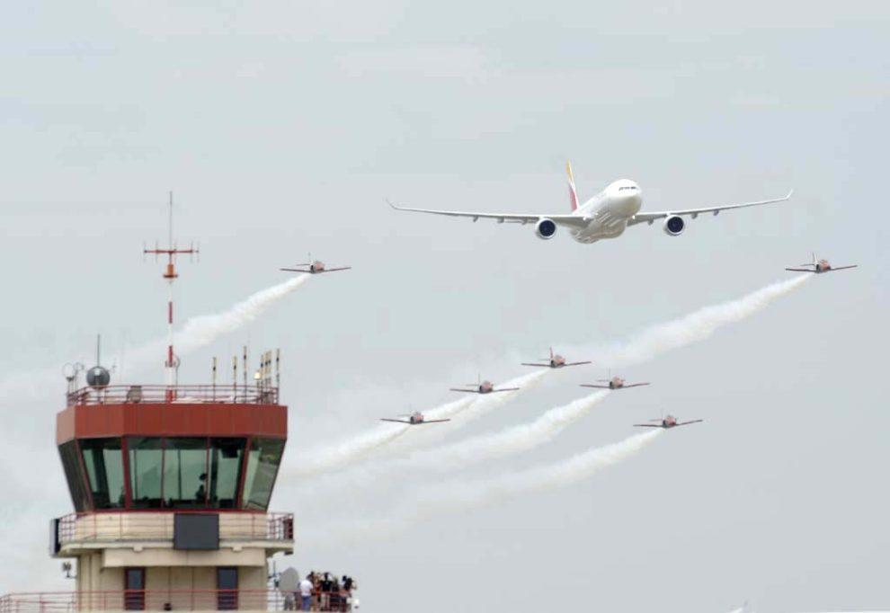 Un A330 de Iberia y la Patrulla Águila durante su pasada frente a la torre de Cuatro Vientos con motivo, en 2017, del 90 aniversario de Iberia.