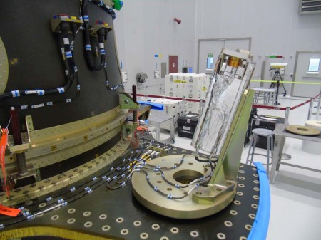 Uno de los CubeSats que han acompañado al Sentinel 1B al espacio, ya instalado en el módulo ASAP-S.