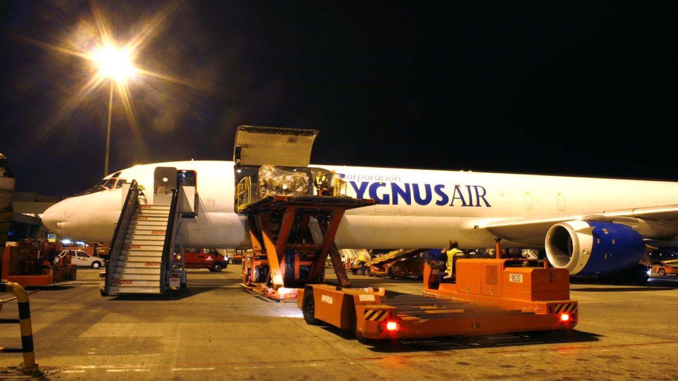 DC-8-72 de Cygnus recibiendo carga de Iberia para un vuelo de Madrid a Gran Canaria en 2008.