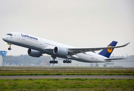 El primer Airbus A350 de Lufthansa en uno de sus vuelos de prueba en Toulouse.