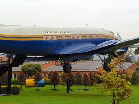 DC-3 en el colegio La Salle en Bogotá (Colombia) en el que se pueden apreciar las ventanas panorámicas tras el ala.