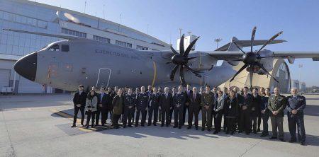 Foto de familia del personal y mandos de la DGAM junto a personal de Airbus en Sevilla con motivo de la entrega del segundo A400M del Ala 31.