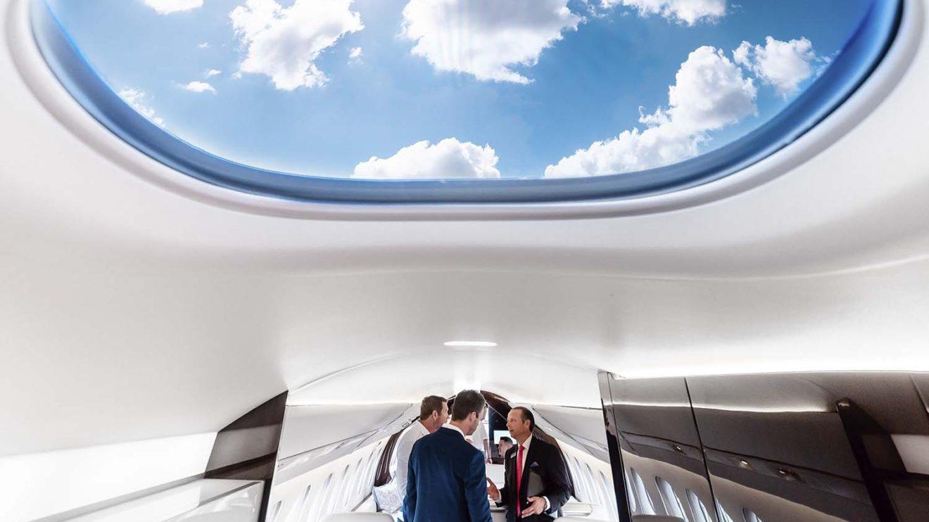La ventana en el techo en la zona de entrada aporta luz natural en una de las partes más oscuras de la cabina.