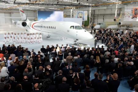 Ceremonia de rollout del Falcon 5X. Poco después se hicieron públicos los problemas de desarrollo del motor y el retraso de más de dos años del programa.