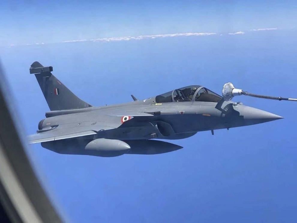 Dassault Rafale de India durante su vuelo de entrega.