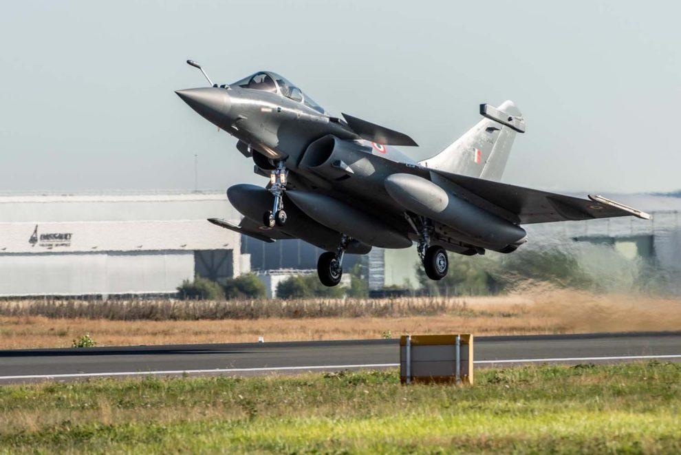 Despegue de Burdeos de uno de los Dassault Rafale de India en su vuelo de entrega.