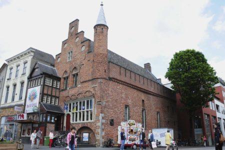 Fachada y lateral de De Moriaan, que hoy alberga la oficina de turismo local.