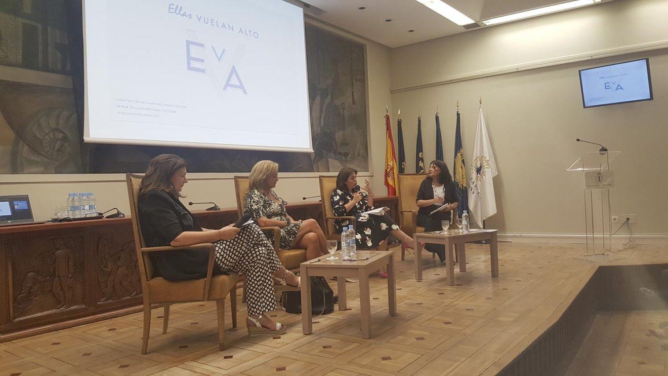 Debate en la presentación de Ellas Vuelan alto. De izquierda a derecha, Carmen Librero, Elena McCormack, Rosa García y Esther Apesteguía que actuó como moderadora.