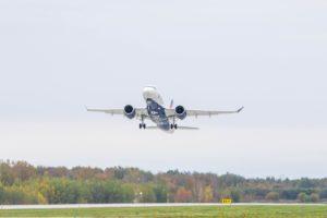 Despegue del aeropuerto Mirabel de Montreal (Quebec, Canadá) del primer Airbus A220 para Delta.