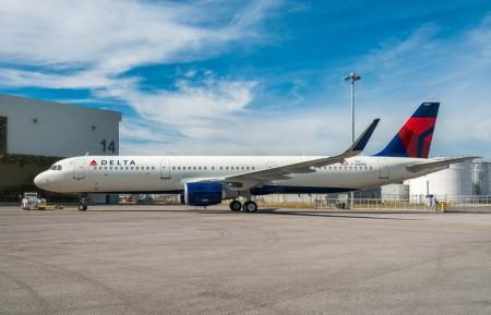 El primer Airbus A321 de Delta montado en Mobile a su salida del hangar de pintura.