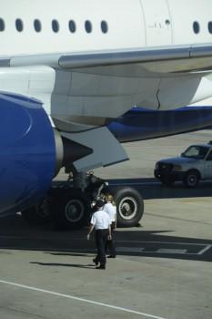 W.M. Duff, capitán, y J.J. Edwards, primera oficial en el vuelo de prensa del A350 realizan juntos la revisión exterior del avión antes del vuelo.