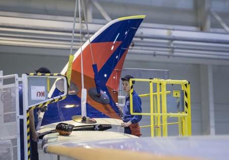 Proceso de instalación del winglet en el ala del A350 de Delta.