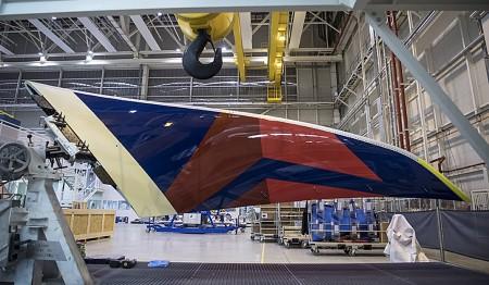 El winglet derecho del primer A350 de Delta en su carro de transporte antes de su instalación en el ala.