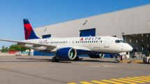 El primero de los 75 Airbus A220 pedidos por Delta tras su salida del hangar de pintura.