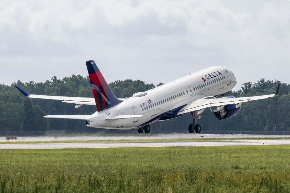 El primer A220 de Delta montado en Mobile en su primer vuelo.