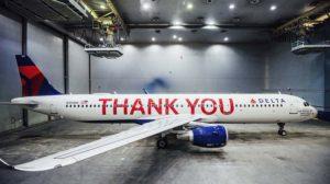 El A321 que Delta ha dedicado a sus empleados en el hangar donde se le aplciaron los vinilos con las letras en rojo con los nombres de estos.
