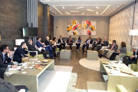 Los asistentes al desayuno de trabajo sobre el Futuro de la Defensa en España manifestaron preocupación por la falta de una planificación a largo plazo de las necesidades.