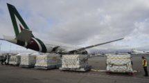 Descarga de material sanitario en barajas llegado a bordo de un Boeing 777 de Alitalia procedente de Novosibirsk.