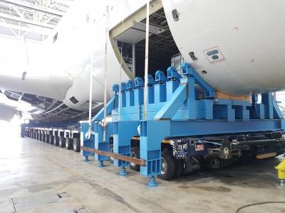 El fuselaje apoyado sobre un remolque especial para sacarlo del hangar donde se han llevado gran parte de los trabajos.