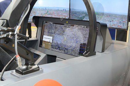 Demosrtrador de una posible configurción del cockpit para el FCAS presentada en la primera edición de FEINDEF con una pantalla panorámica táctil.