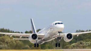 Despegue en el aeropuerto de Mirabel del primer Airbus A220 de Air France en su primer vuelo.