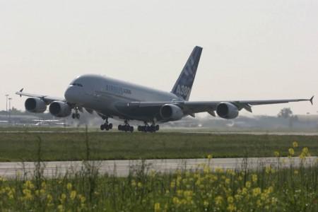 Despegue del Airbus A380 F-WWOW, en su primer vuelo el 27 de abril de 2005.