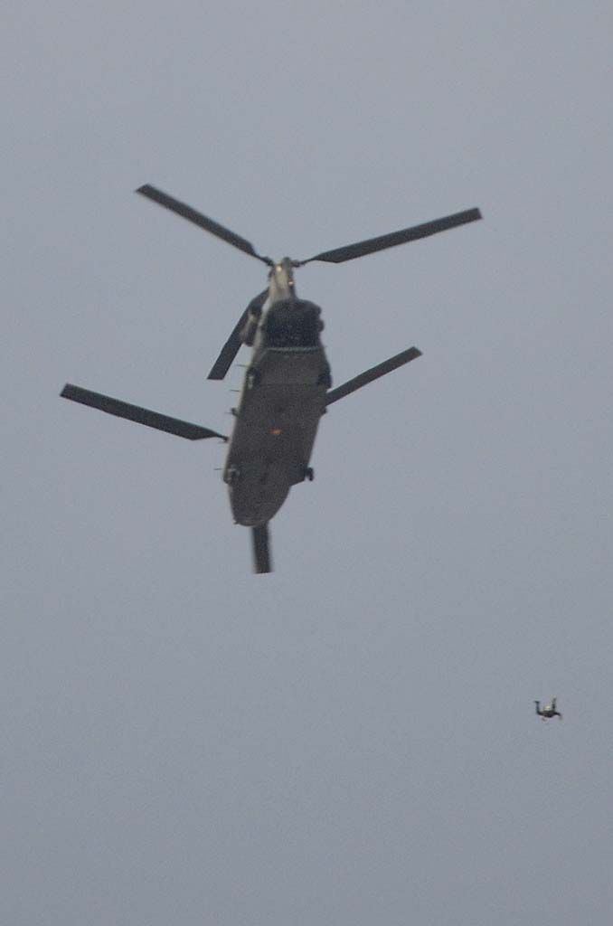 La BRIPAC abrió los actos con un salto desde un Chinook de cuatro de sus miembros con la bandera española que se izó para presidir el desfile.