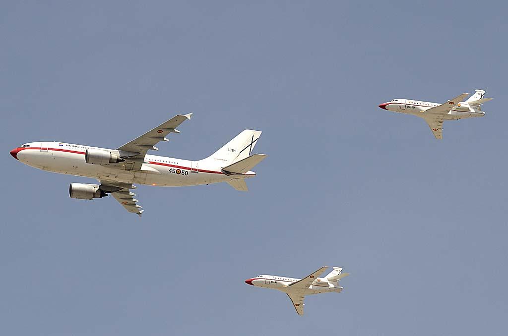 """Este año por fin hemos podido ver la formación VIP formada po un A310 y dos Falcon 900. Tamto el A310 T22-01/45-50 como el Falcon T18-3/45-42 portaban los nuevos títulos de """"Reino de España""""."""