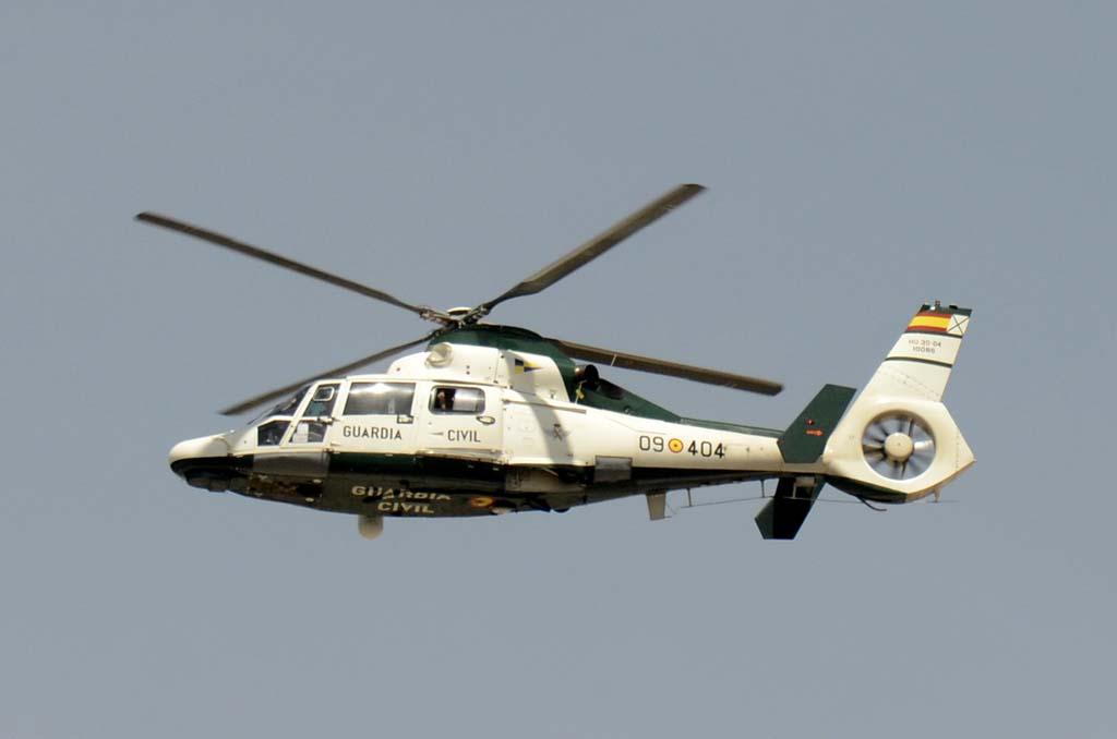 """El tercer debutante en el desfile del Día de las Fuerzas Armadas ha sido el Eurcopter AS365N Dauphin de la Guardia Civil. del que ha desfilado dos de los cuatro que este cuerpo """"heredó"""" de la Secretaría General de Pesca del Ministerio de Agricultura, Pesca, Alimentación y Medio Ambiente."""