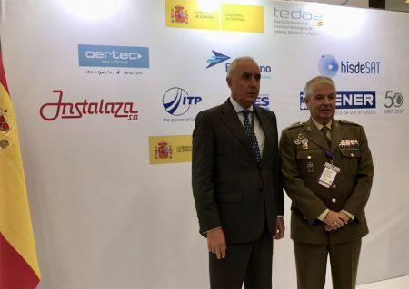 El embajador de España en Colombia, Pablo Gómez de Olea, junto al Director General de Armamento y Material, Teniente General García Montaño, en el Pabellón de España.
