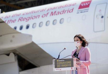 Isabel Díaz Ayuso durante su intervención frente al A330 de Iberia.