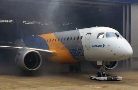 Salida del hangar de montaje del primer Embraer E190-E2.