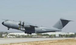 Despegue del primer A400M para la RAF en su vuelo inaugural por la pista 27 del aeropuerto San Pablo de Sevilla.