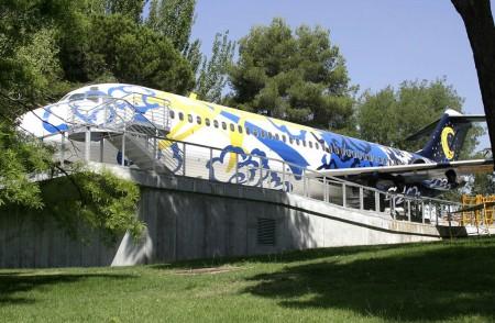 Avión expositor del Medio Ambiente del aeropuerto Adolfo Suárez Madrid Barajas, el antiguo EC-BQZ de iberia.