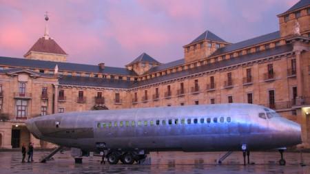 El antiguo DC-9 de Aviaco rescatado como avión cultural, con su fuselaje acortado para cumplir con las normas españolas de longitud máxima para poder ser remolcado por carretera.