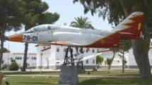Uno de los C-101 que CASA usó como demostradores del modelo se expone como monumento en la AGA.