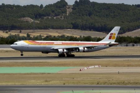 Airbus A340-300 de Iberia aterrizando en Madrid.
