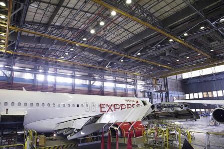 Detalle del ala del Airbus A320 EC-LUS durante las tareas de instalación de los sharklets.