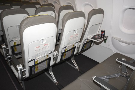 Los nuevos asientos de Vueling vuelven a disponer de un lugar donde, de verdad, podemos dejar objetos personales.