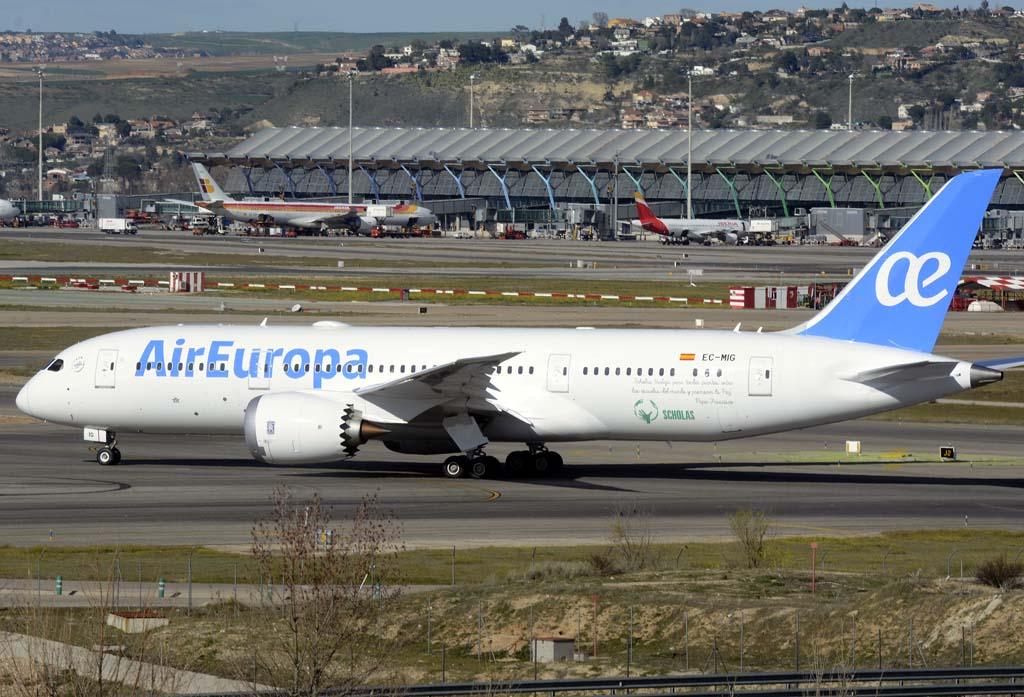 El primero de los Boeing 787 de Air Eruopa rodando hacia la cabecera de pista del aeropuerto de Madrid Barajas.