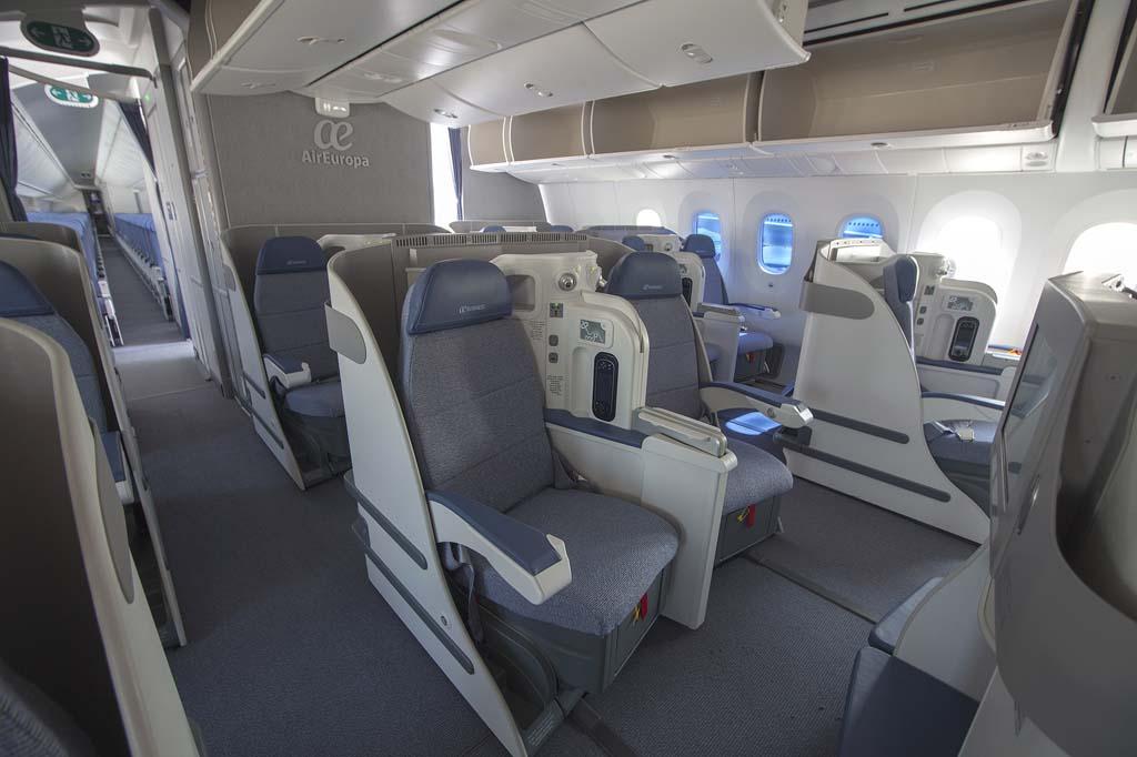 Air Europa finalmente se ha decantado por una clase business con 22 asientos dobles, en los que cada butaca va ligeramente inclinadas respecto al eje longitudinal del avión