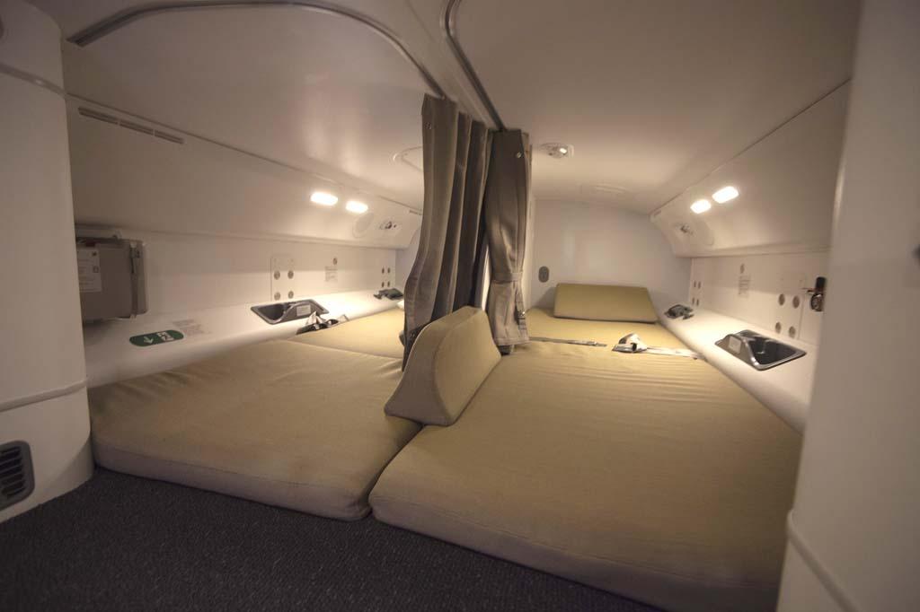 Una zona del avión desconocida para la gran mayoría: las camas para descanso de la tripulación situadas sobre el techo de la cabina de pasaje.