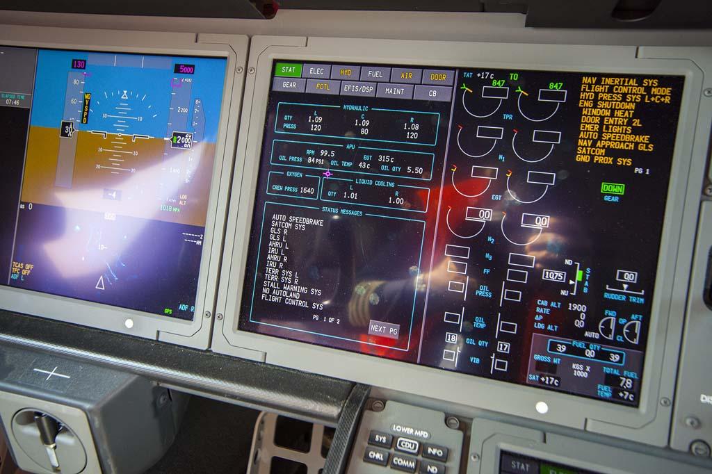 Las pantallas frente al asiento del comandante ya en tierra. Tras el vuelo desde Charleston el Boeing 787 EC-MIG todavía tenía 7.800 kg de combustible en sus depósitos.