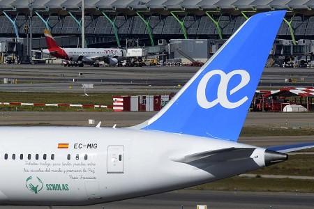 Detalle de la publicidad de Scholas en el fuselaje trasero del Boeing 787 de Air Euopa.