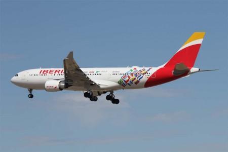 El Airbus A330-200 EC-MKI con las banderas de los países Latinoamerica a los que vuela Iberia y de algunos de sus socios en el programa de viajeros frecuentes Iberia Plus y proveedores (Foto: Javier Sánchez)