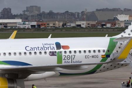 Detalle del fuselaje trasero del Airbus A320 EC-MOG con la decoración por el Año Jubilar Lebaniego.