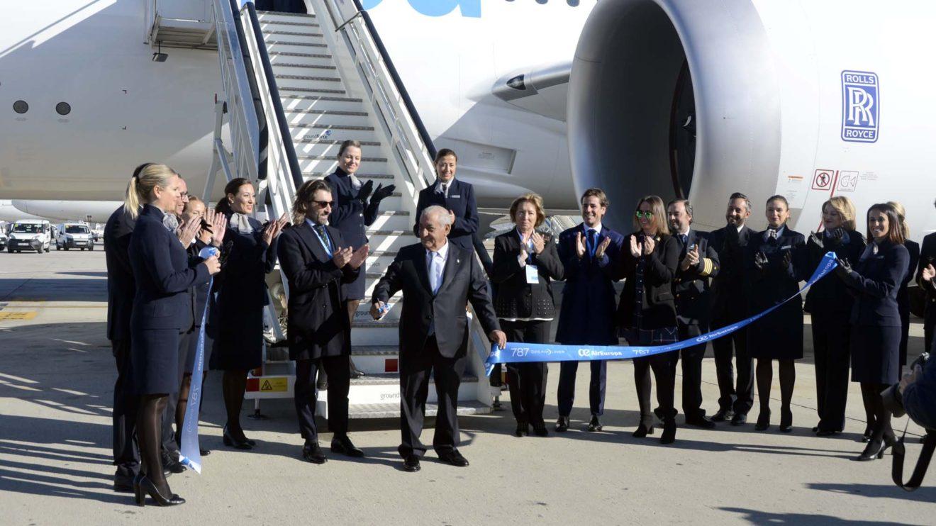 Juan José Hidalgo ha cortado la cinta inaugural frente a la puerta del avión acompañado, entre otros, por la tripulación y su hijo Javier,