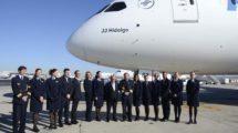 Juan José Hidalgo junto a la tripulación del vuelo de presentación del nuevo Boeing 787-9 de Air Europa.